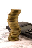 Pilha das moedas e da calculadora Imagens de Stock