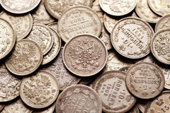 Pilha das moedas imperiais de prata do russo Fotografia de Stock