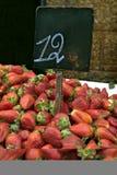 Pilha das morangos no mercado Fotografia de Stock Royalty Free