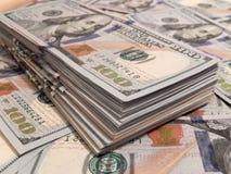 Pilha das notas de dólar do novo cem Fotografia de Stock