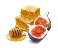 Pilha das partes, do dipper e do figo do favo de mel isolados no backg branco imagem de stock royalty free