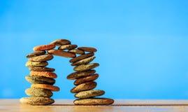 Pilha das pedras do zen no fundo azul Imagens de Stock Royalty Free