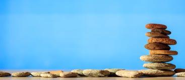 Pilha das pedras do zen no fundo azul Fotos de Stock
