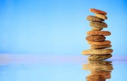 Pilha das pedras do zen no fundo azul Imagem de Stock Royalty Free