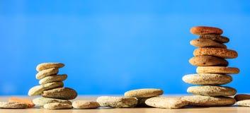 Pilha das pedras do zen no fundo do céu azul e do mar Imagem de Stock