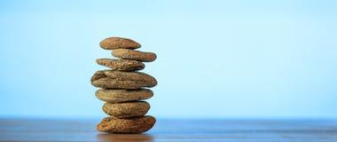 Pilha das pedras do zen no fundo do céu azul e do mar Imagens de Stock Royalty Free