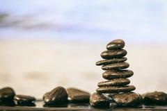 Pilha das pedras do zen no fundo da praia Imagem de Stock