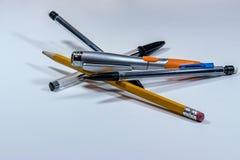 Pilha das penas e dos lápis imagem de stock royalty free