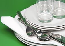 Pilha das placas brancas, vidros, forquilhas, colheres. Fotografia de Stock