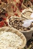Pilha das porcas e das sementes para a venda em um supermercado grande Imagem de Stock