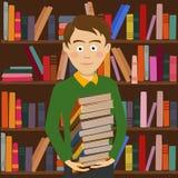 Pilha das posses do menino do estudante de livros que estão contra a estante na biblioteca Imagens de Stock Royalty Free