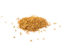 Pilha das sementes do trigo mourisco isoladas sobre o fundo branco Fotografia de Stock