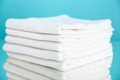 Pilha das toalhas brancas Imagens de Stock