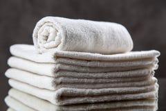 Pilha das toalhas brancas Fotos de Stock Royalty Free