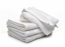 Pilha das toalhas brancas do hotel Fotografia de Stock Royalty Free