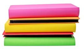 A pilha de álbuns de fotografias coloridos no backround do wite Imagem de Stock Royalty Free