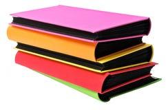 A pilha de álbuns de fotografias coloridos no backround do wite Foto de Stock Royalty Free