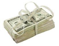 Pilha de $100 contas de dólar amarradas com uma fita Imagens de Stock