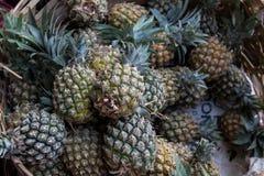 A pilha de abacaxis orgânicos tropicais frutifica na cesta para a venda no mercado do fazendeiro do tradtional da ilha de Bali, I Fotografia de Stock Royalty Free