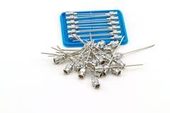Pilha de agulha do ferro da reutilização nenhuma 18 G para o isolado da agulha da droga no fundo branco Fotos de Stock