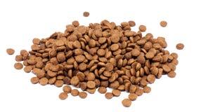 Pilha de alimentos para animais de estimação secos no fundo branco Imagens de Stock