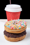 Pilha de anéis de espuma e de café na placa branca com fundo preto Imagem de Stock Royalty Free