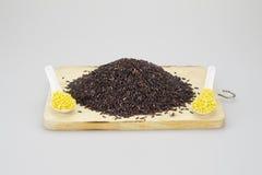 Pilha de arroz preto entre a soja na colher Fotos de Stock