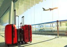 Pilha de bagagem de viagem no pla do terminal e do passageiro de aeroporto imagens de stock