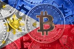 Pilha de bandeira de Bitcoin Filipinas Cryptocurrencies de Bitcoin concentrados fotografia de stock