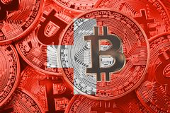 Pilha de bandeira de Suíça de Bitcoin Cryptocurrencies de Bitcoin concentrados fotografia de stock