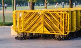 A pilha de barricadas amarelas fotografia de stock
