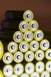 A pilha de baterias amarelas do AA fecha-se acima, conceito do armazenamento da eletricidade Foto de Stock