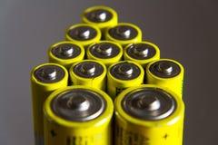 A pilha de baterias amarelas do AA fecha-se acima, conceito do armazenamento da eletricidade Fotos de Stock