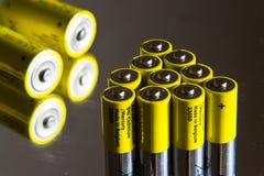 A pilha de baterias amarelas do AA fecha-se acima, conceito do armazenamento da eletricidade Fotografia de Stock