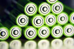 A pilha de baterias verdes do AA fecha-se acima, conceito do armazenamento da eletricidade Foto de Stock
