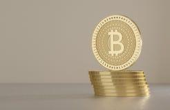 Pilha de bitcoins dourados no assoalho do metal como o conceito para a moeda cripto virtual com fundo borrado Imagens de Stock Royalty Free