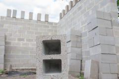 Pilha de blocos do cimento no canteiro de obras Foto de Stock Royalty Free