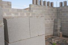 Pilha de blocos do cimento no canteiro de obras Imagens de Stock Royalty Free