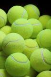 Pilha de bolas de tênis fracas imagem de stock