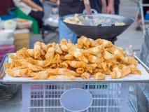 Pilha de bolinhas de massa fritadas na bandeja Fotos de Stock
