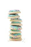 Pilha de bolinhos de açúcar azuis em um fundo branco Fotos de Stock Royalty Free