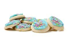 Pilha de bolinhos de açúcar azuis em um fundo branco Foto de Stock Royalty Free