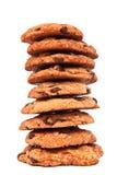 Pilha de bolinhos de microplaqueta de chocolate no branco Fotografia de Stock Royalty Free
