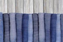 Pilha de brim azul da sarja de Nimes Imagem de Stock Royalty Free
