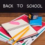 Pilha de cadernos da escola em um Desktop Fotos de Stock