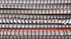 Pilha de cadernos na tabela na sala da biblioteca imagens de stock