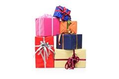 Pilha de caixas de presente de vários tamanhos e cores Fotos de Stock Royalty Free