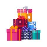Pilha de caixas de presente envolvidas coloridas Fotos de Stock
