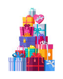 Pilha de caixas de presente envolvidas coloridas Foto de Stock