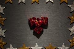 Pilha de caixas de presente na ardósia com quadro da estrela Fotos de Stock